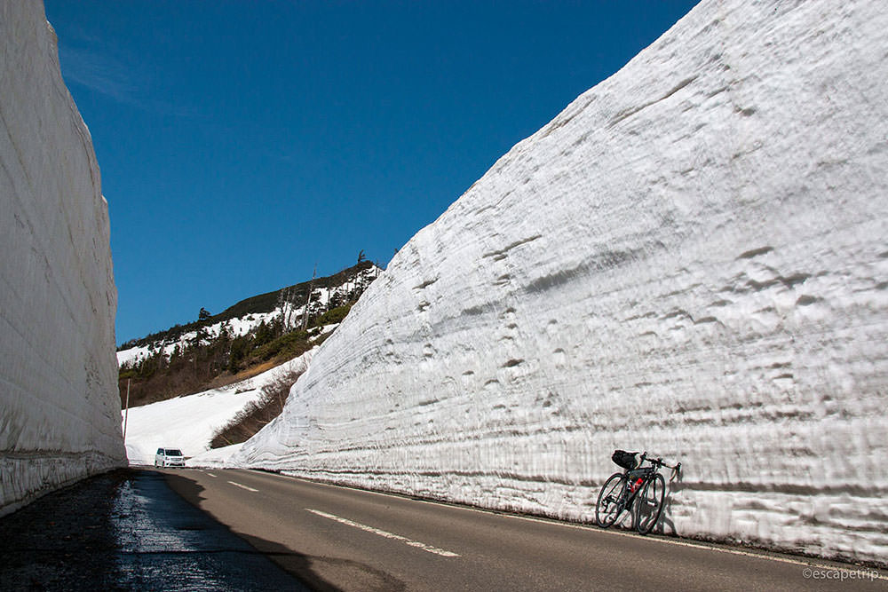八幡平アスピーテラインの雪の回廊とロードバイク