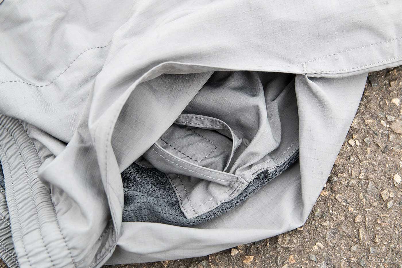 右ポケットの奥に収納スペース