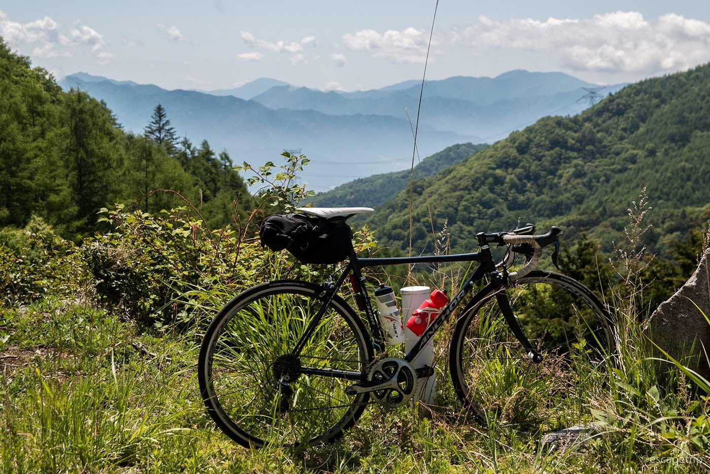 夏の山々とロードバイク