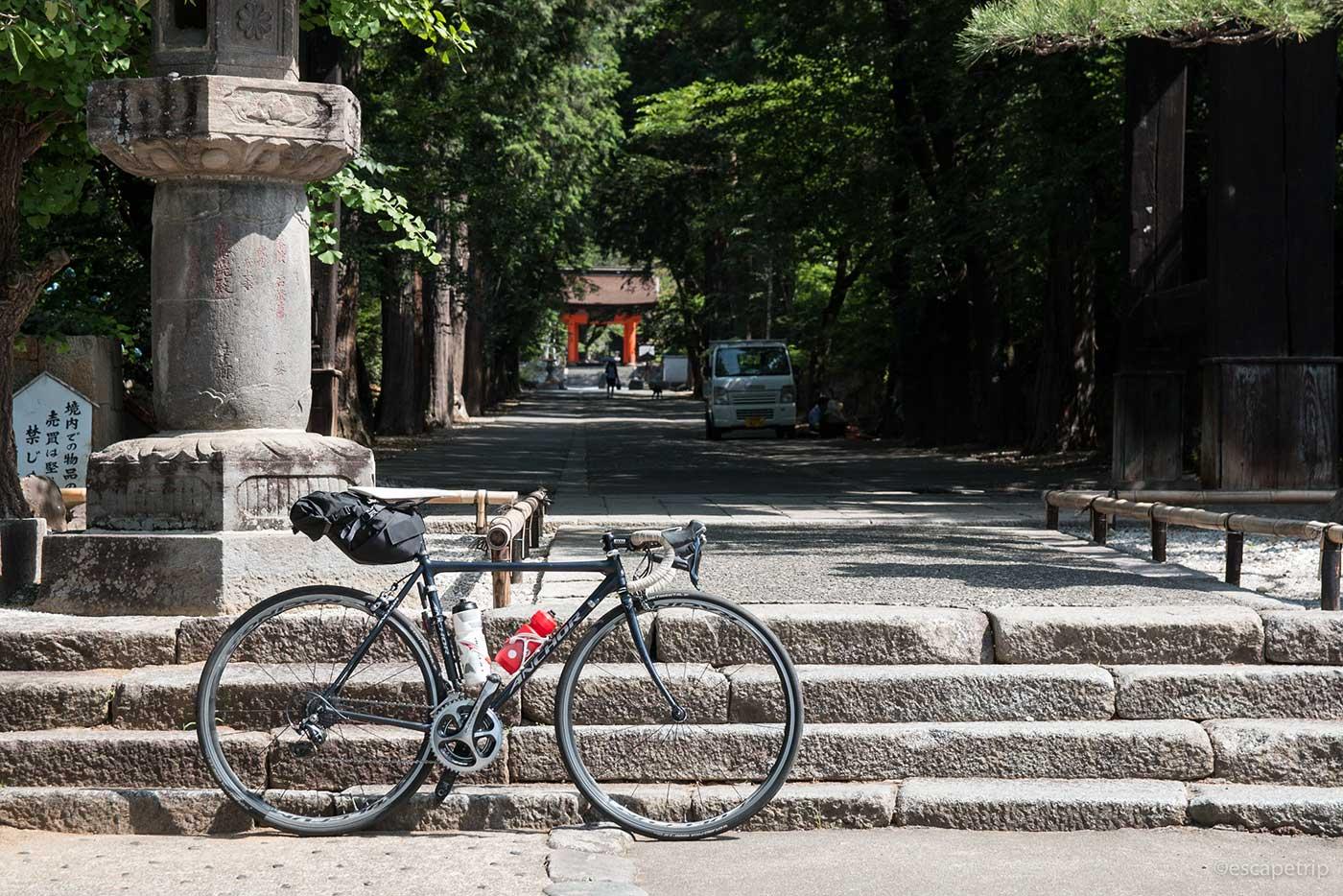 夏の神社とロードバイク