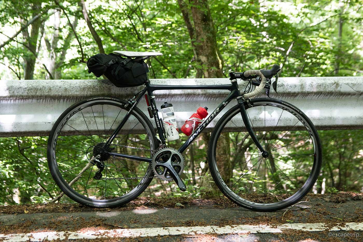 林の中のロードバイク