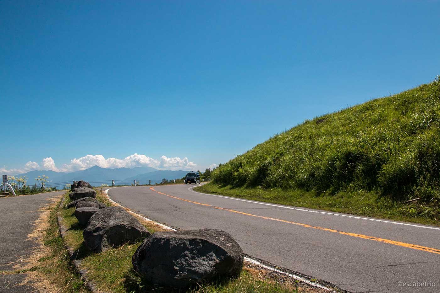 真夏の草原と道