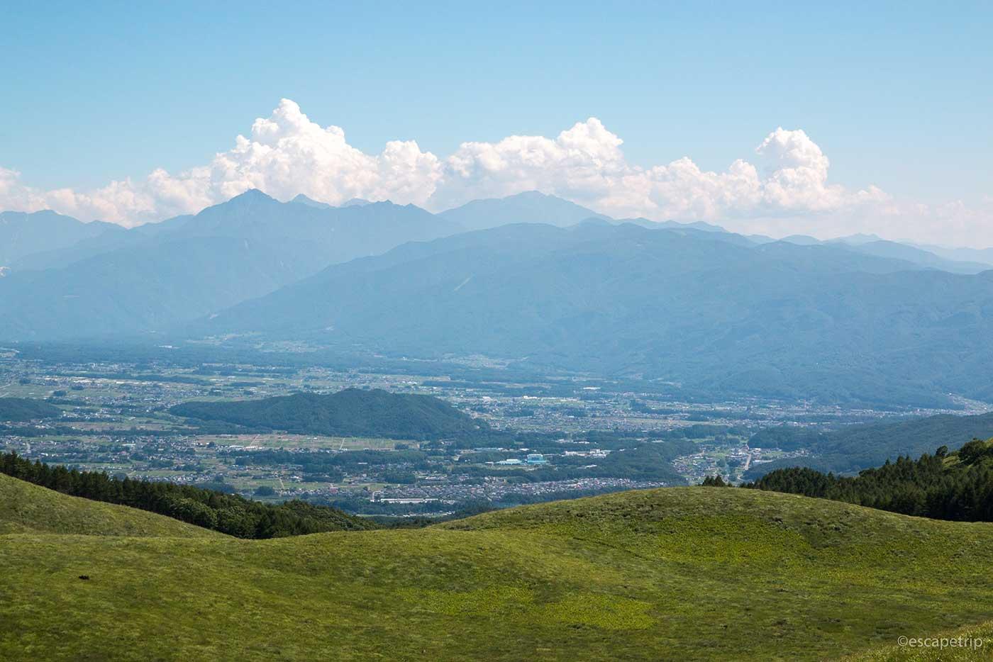 草原と山と入道雲