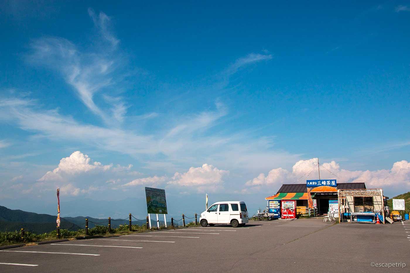 三峰茶屋と入道雲