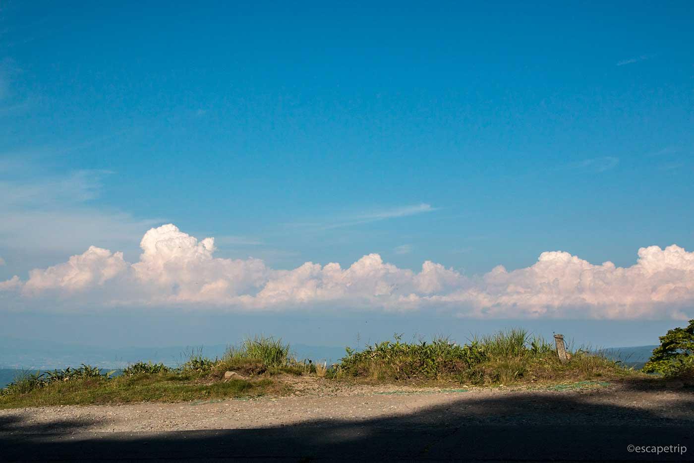 影と崖と入道雲