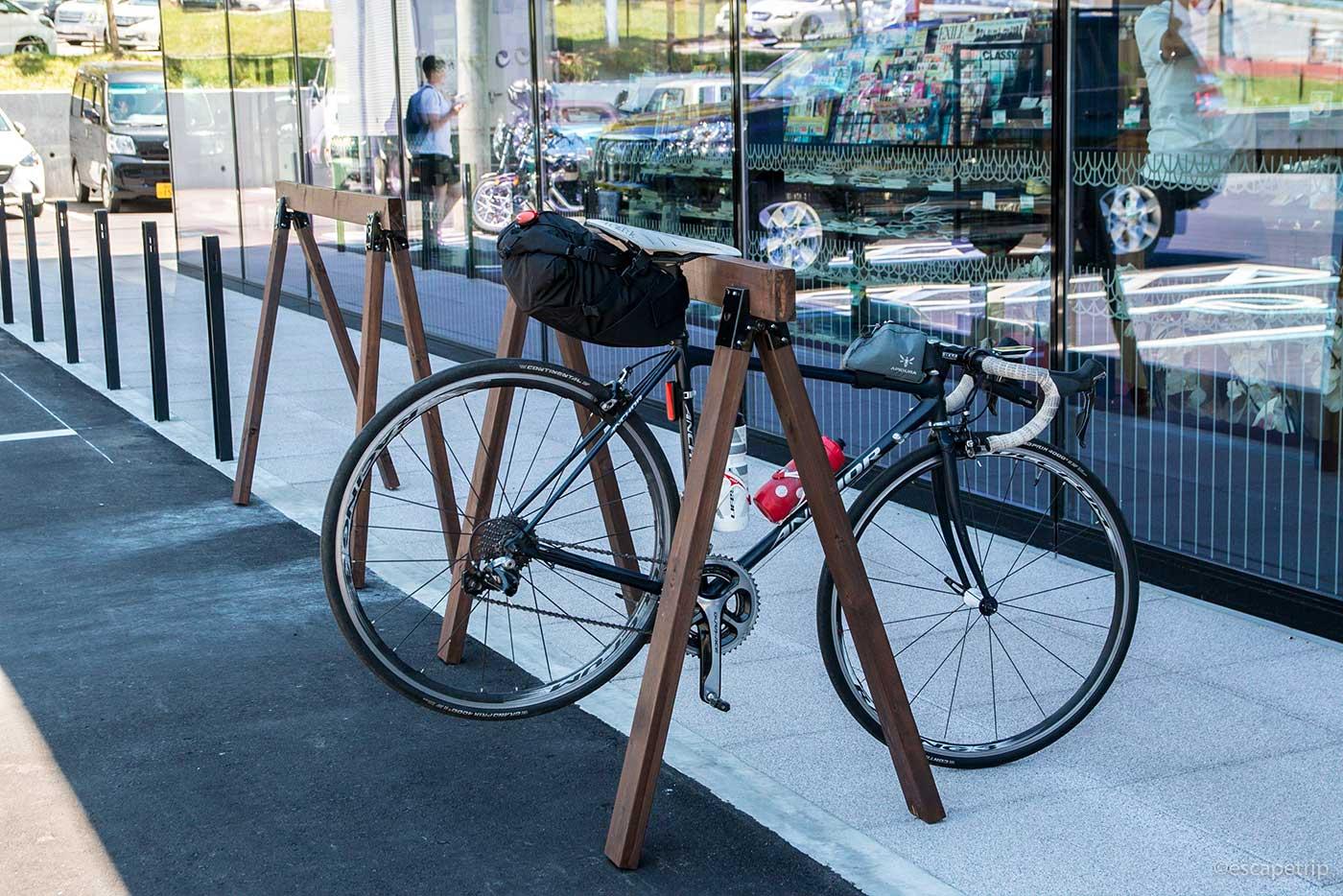 自転車ラックとロードバイク