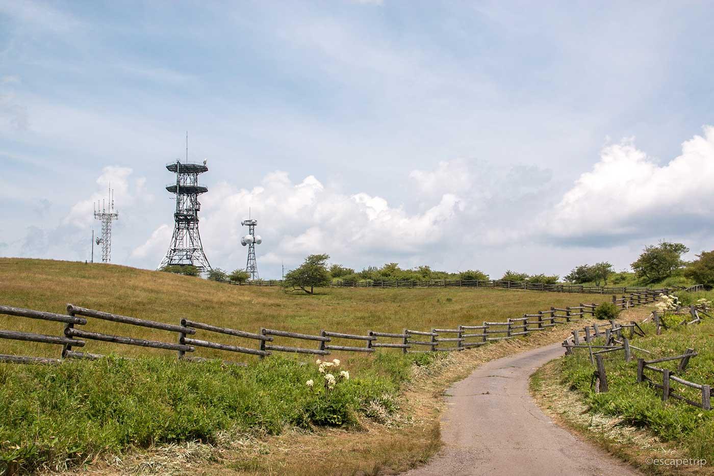 高ボッチ高原の道と電波塔