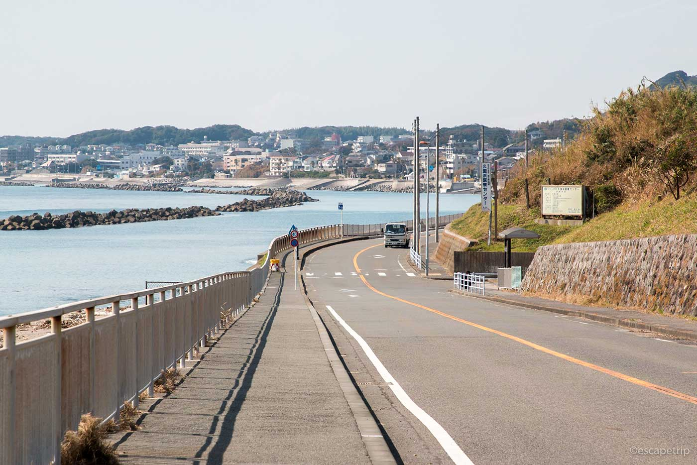 三浦半島の海沿いの道