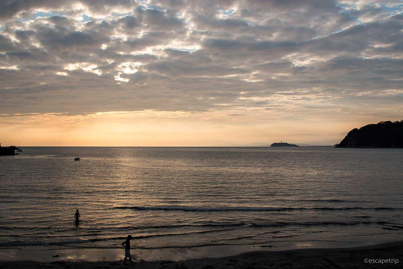 夕暮れの由比ガ浜海岸