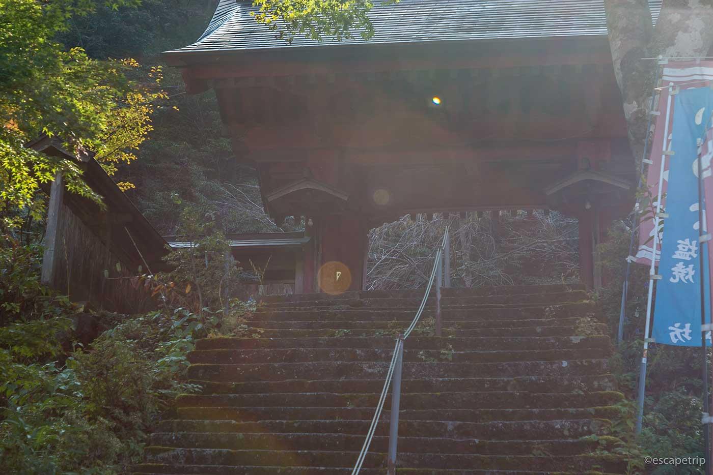 朝日が差し込む榛名神社