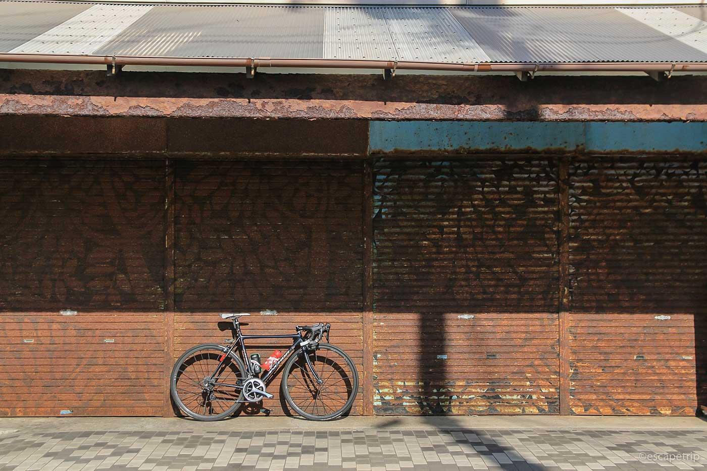 錆びたシャッターと自転車