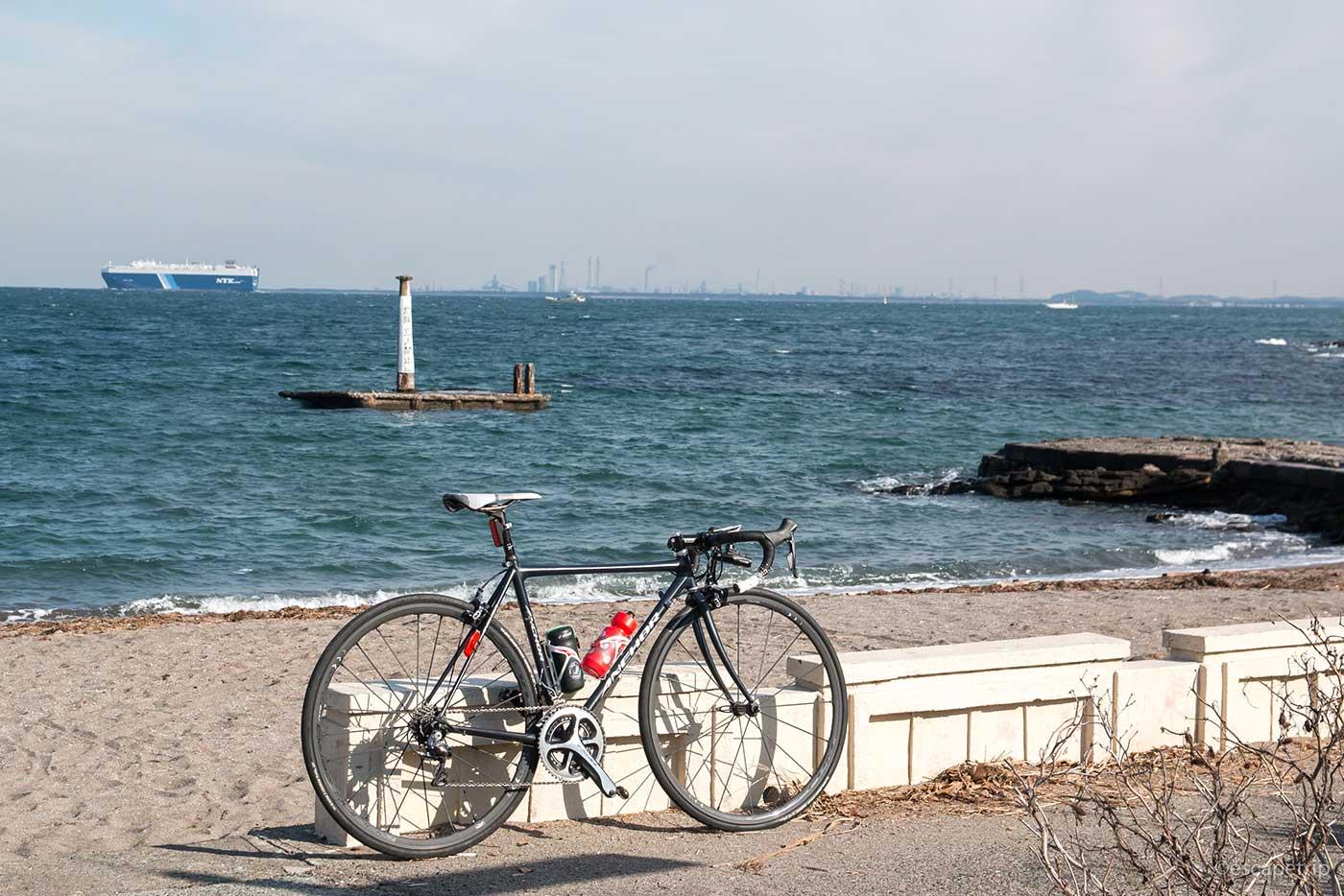 冬の海とロードバイク