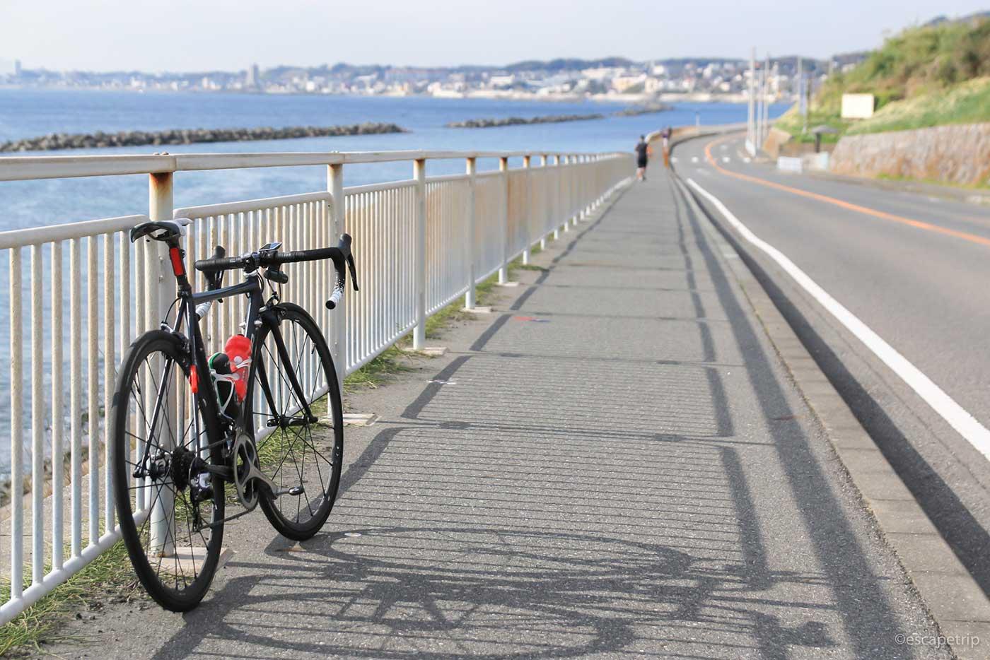下り坂と冬の海とロードバイク