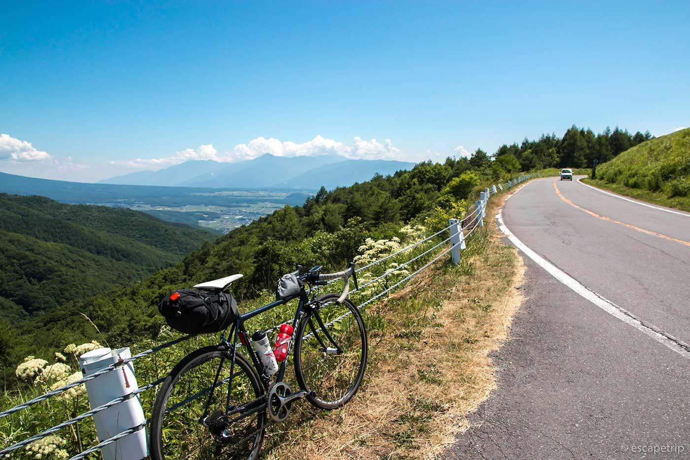 夏の霧ヶ峰高原とロードバイク