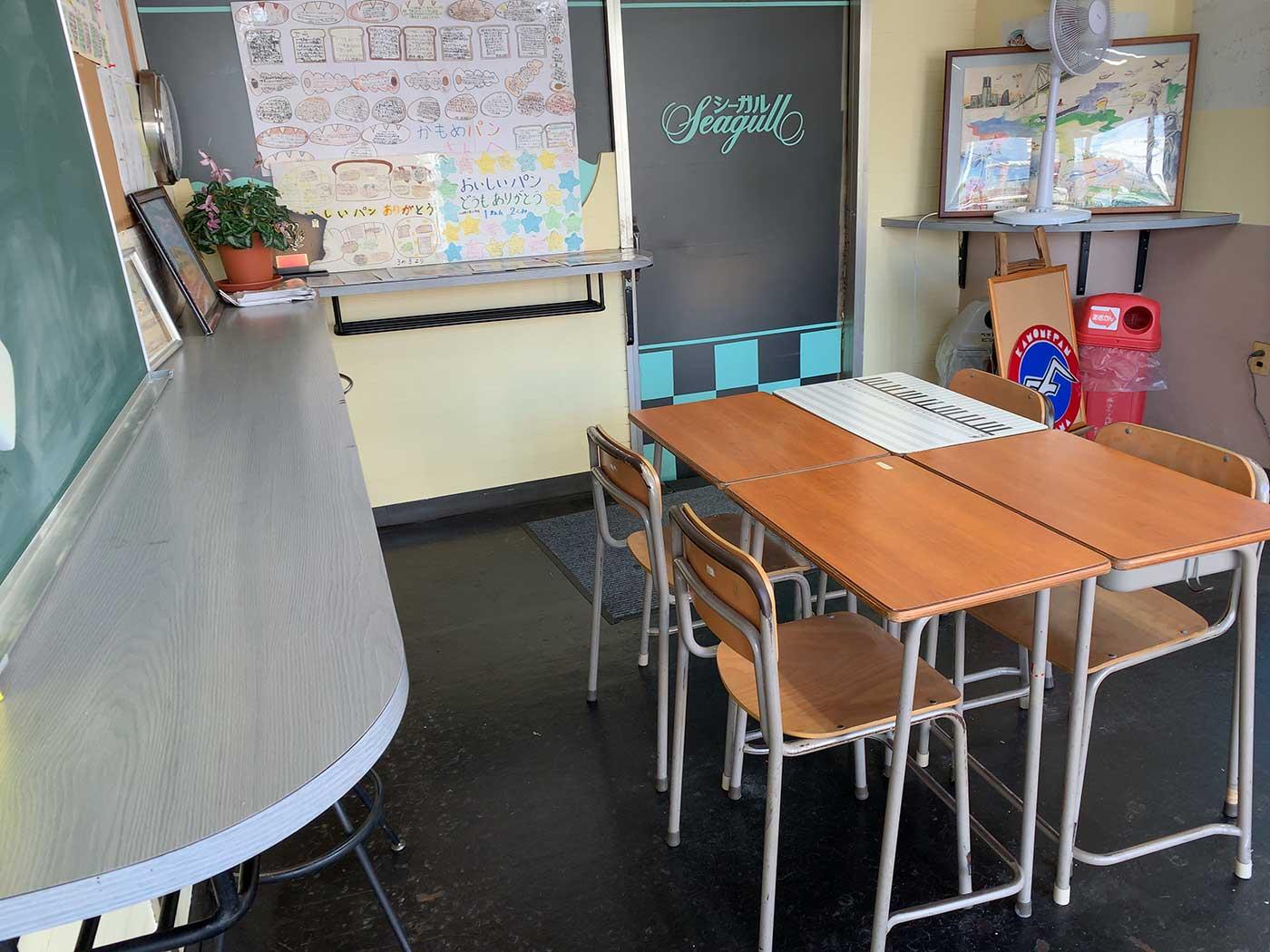学校の机と椅子を使ったイートインスペース