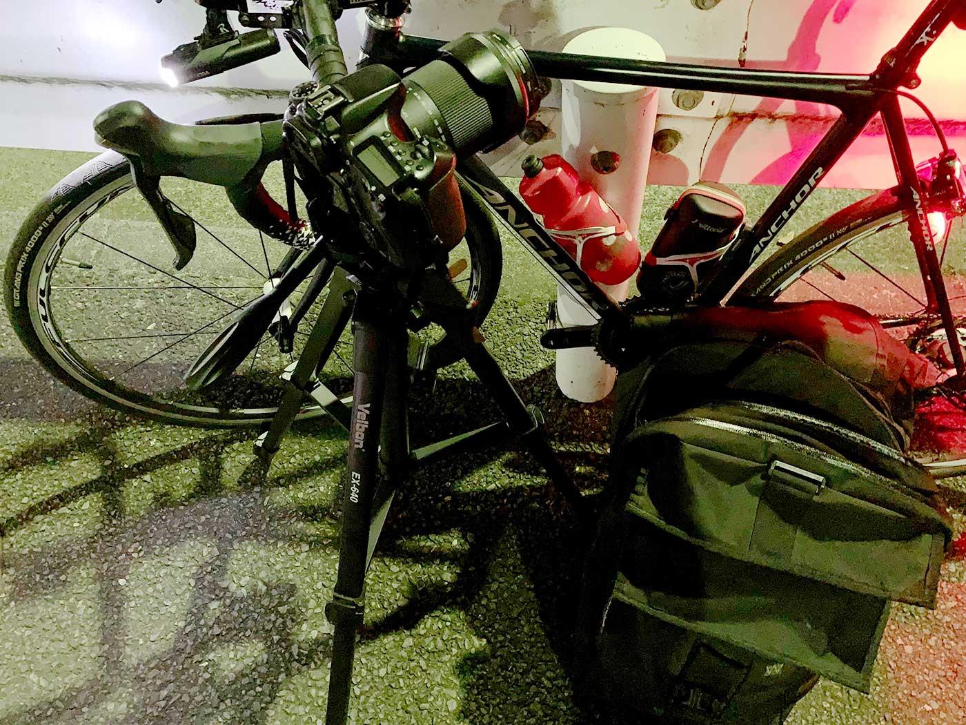 ロードバイクとカメラと三脚