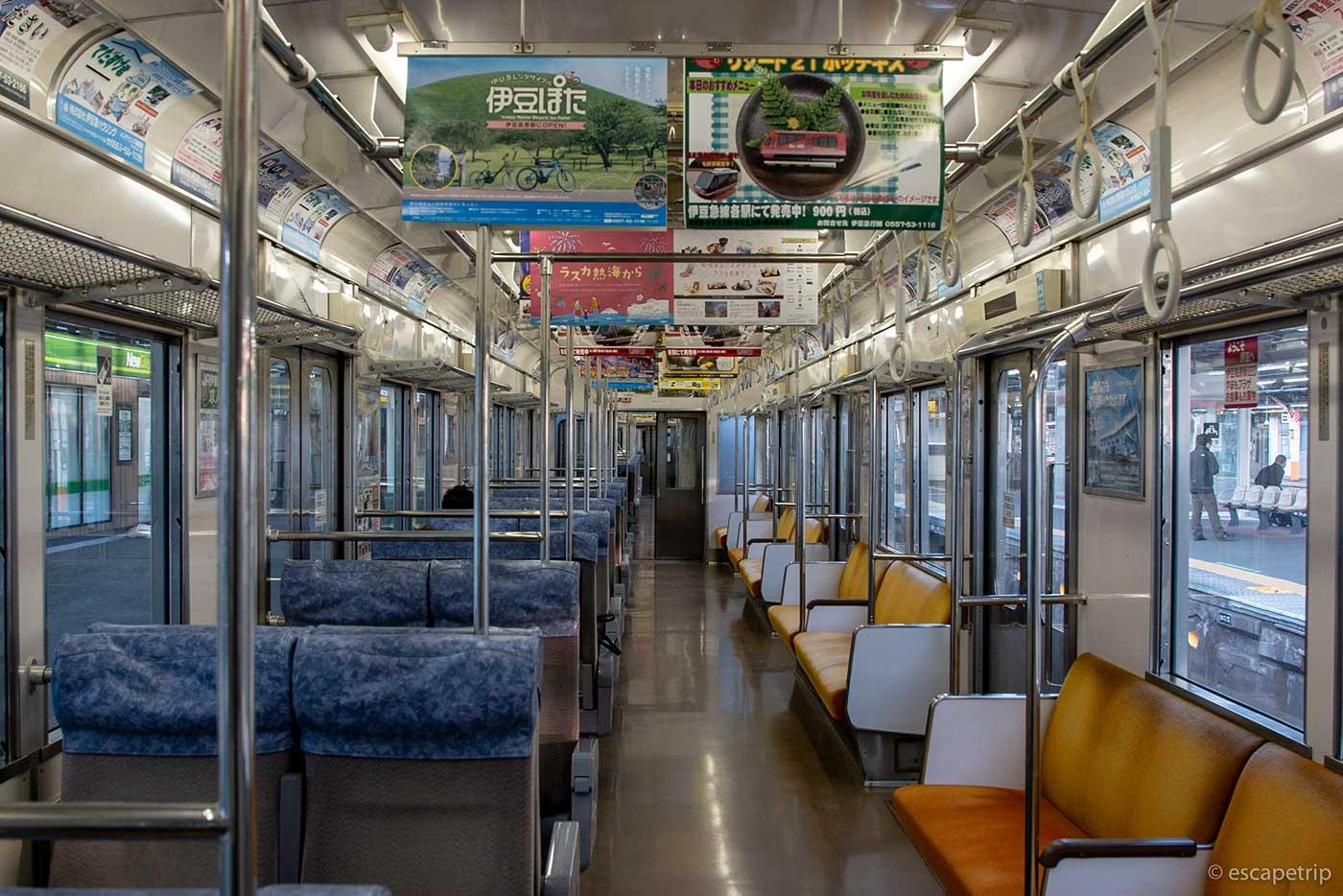 早朝で空席だらけの電車
