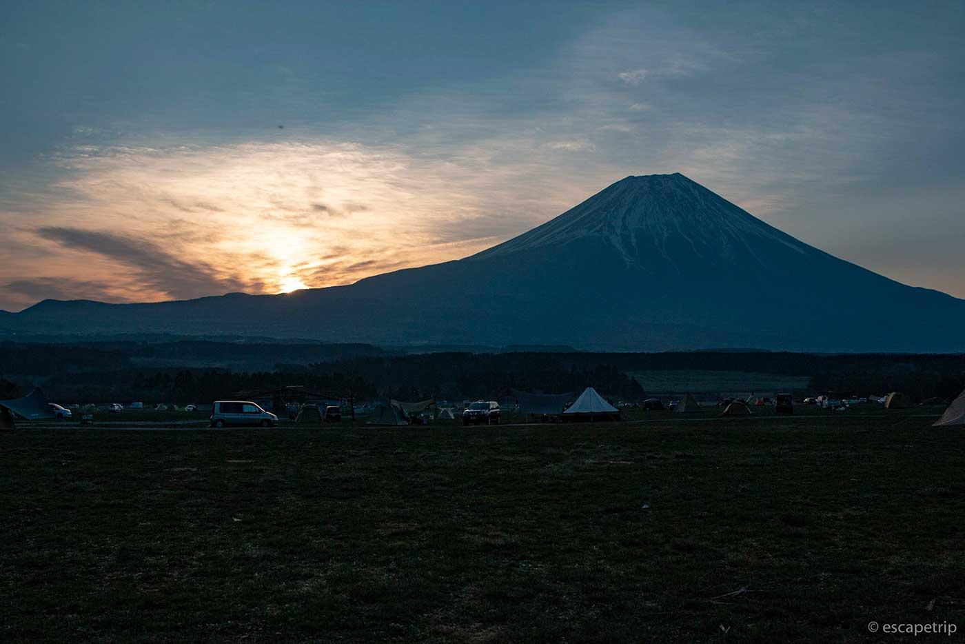 ふもとっぱらキャンプ場の太陽と富士山