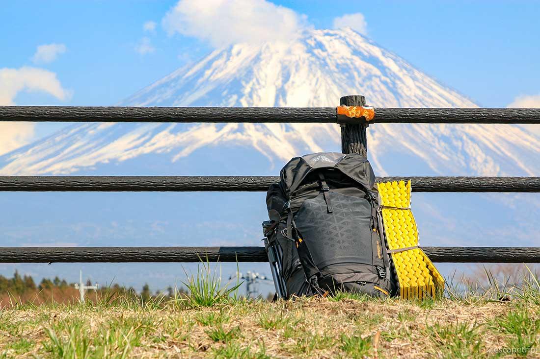 大きなザックと富士山