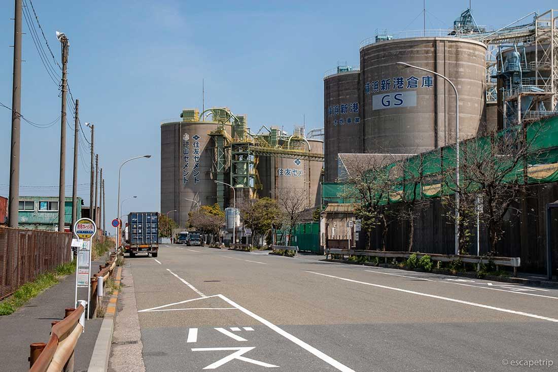 埠頭の工場地帯