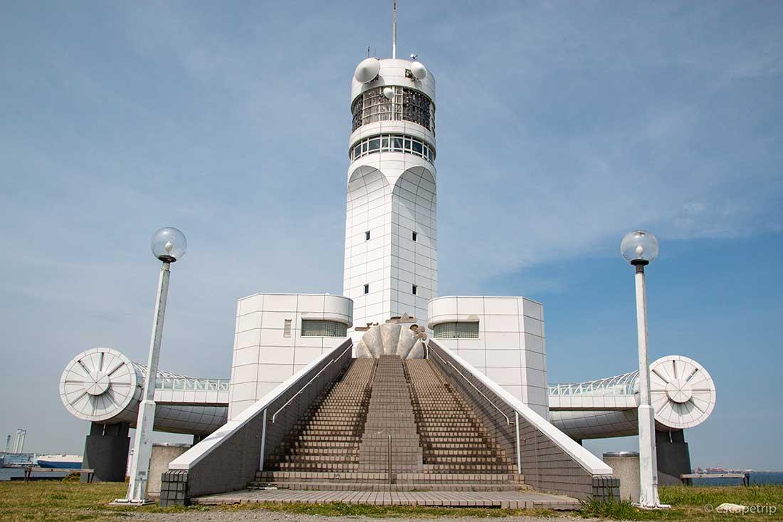 横浜港シンボルタワーを間近で見る