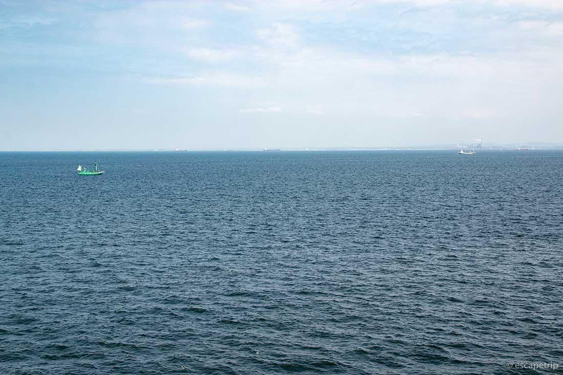 横浜港シンボルタワーから見る海