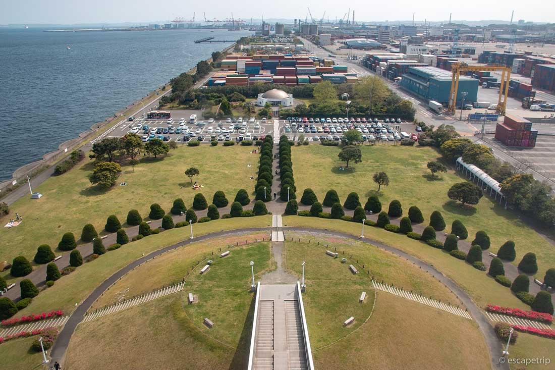 横浜港シンボルタワーから見た広場内の景色