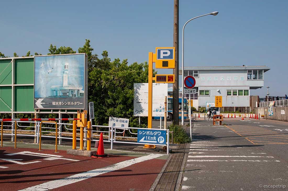 横浜港シンボルタワーへ向かう道