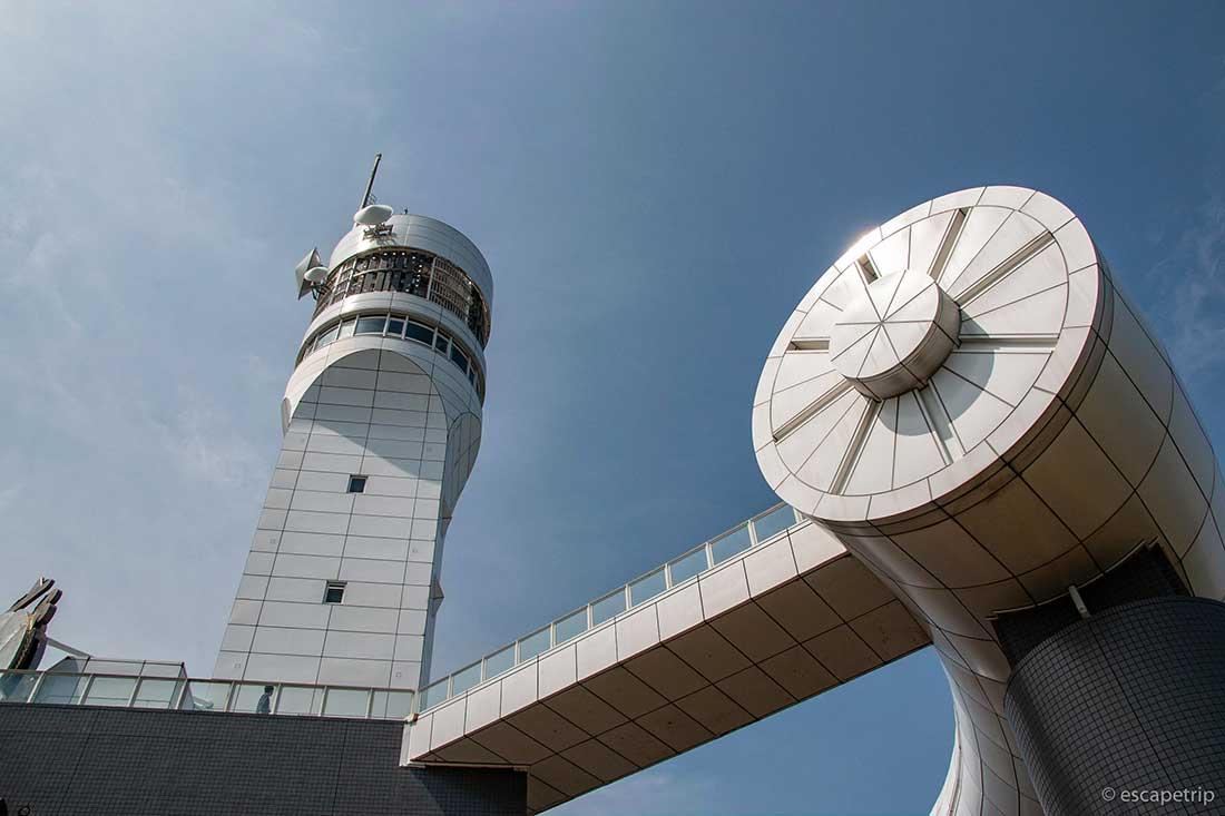 横浜港シンボルタワーの真下