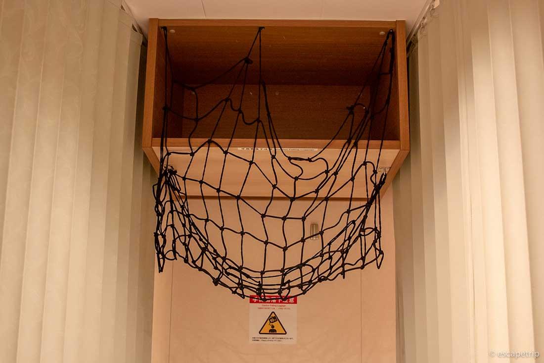 フェリーの雑魚寝部屋の上の棚