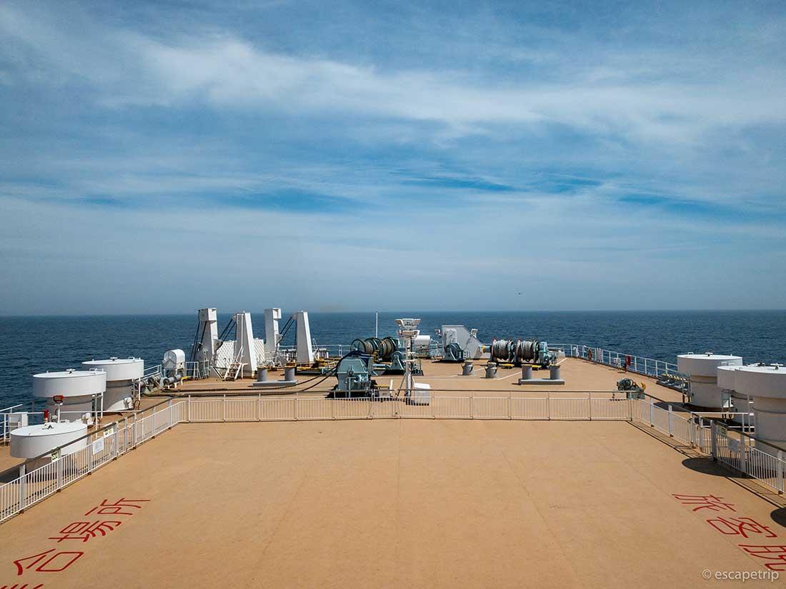 フェリーの甲板から見る海