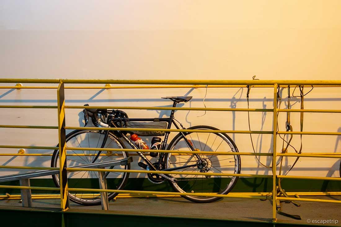 フェリーに乗せた自転車
