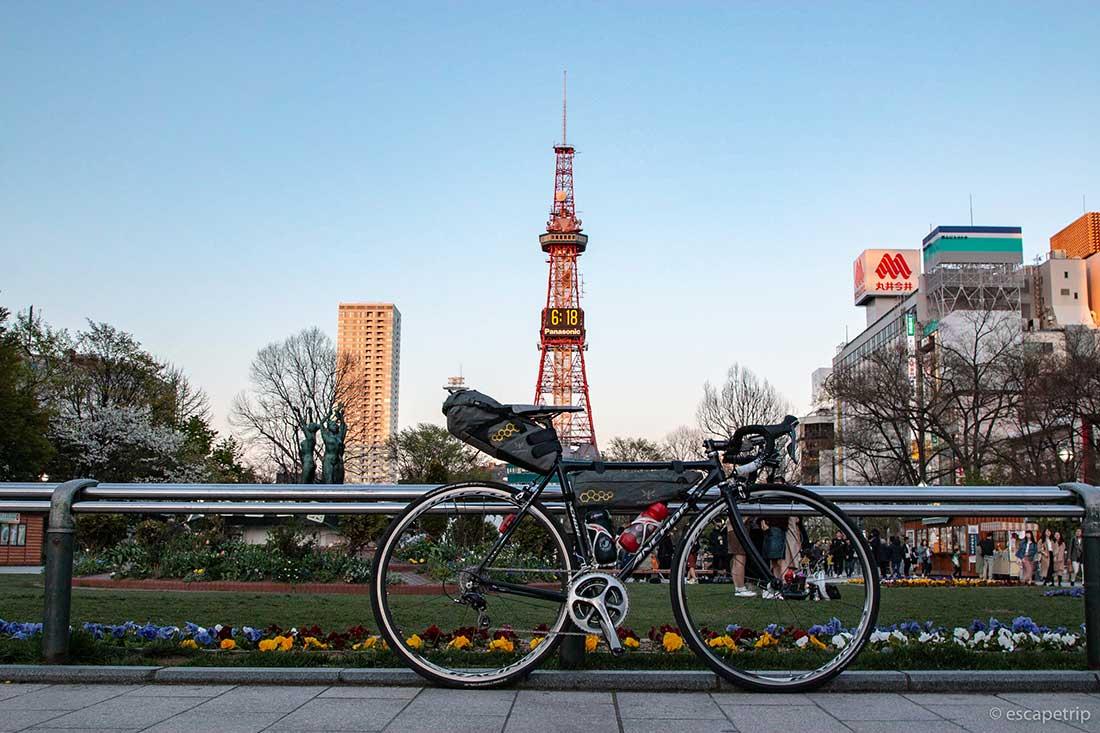 さっぽろテレビ塔とロードバイク