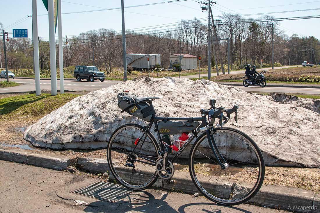 残雪とロードバイク