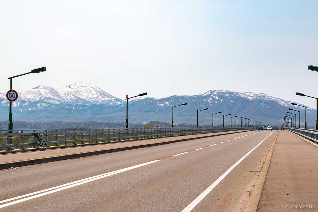 北海道の山々とロードバイク