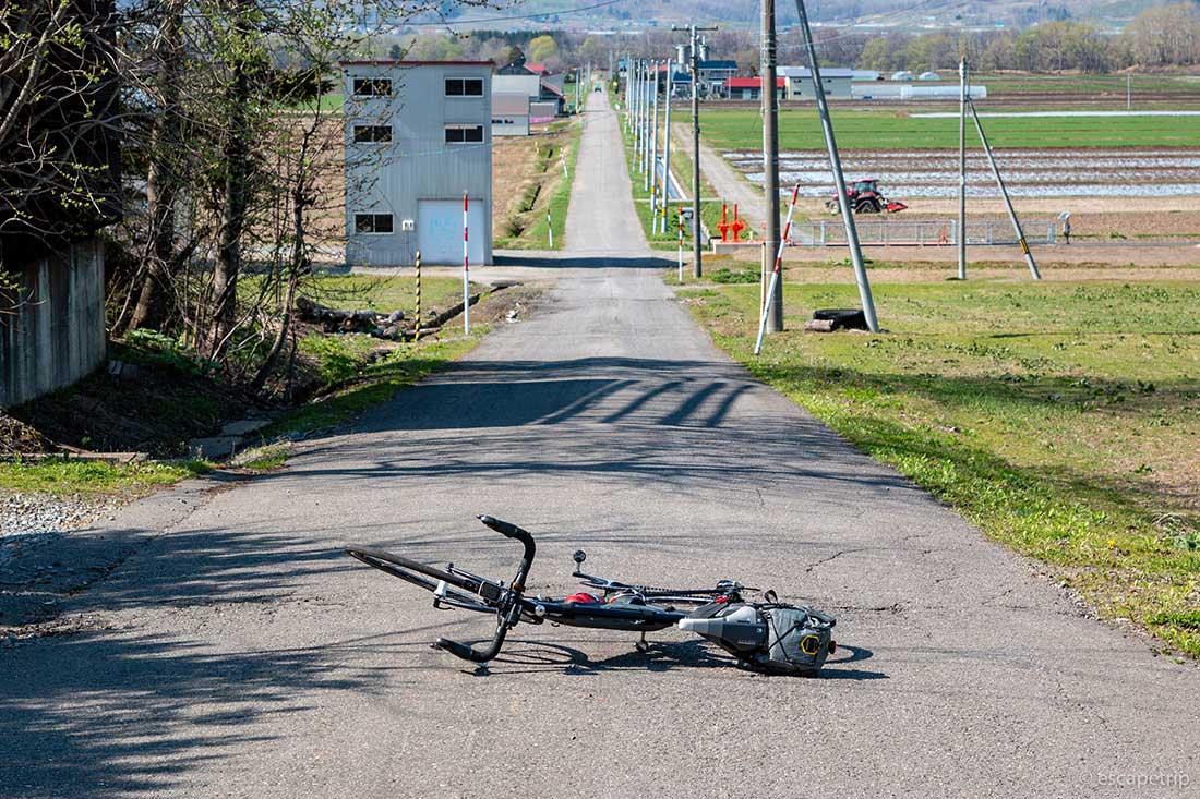 北海道の長い直線道路とロードバイク