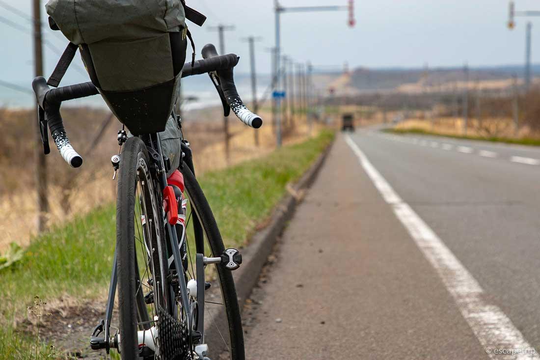 直線道路とロードバイク