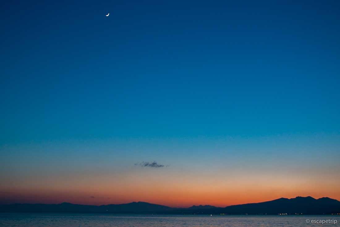 夕暮れと月