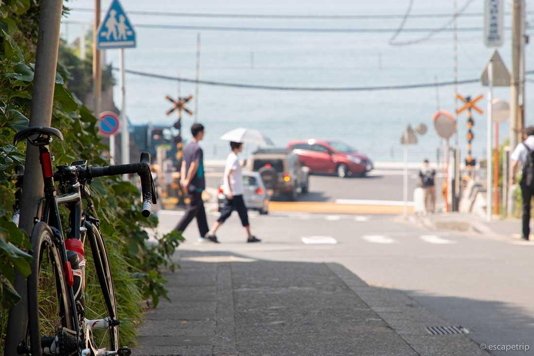 鎌倉の踏切とロードバイク