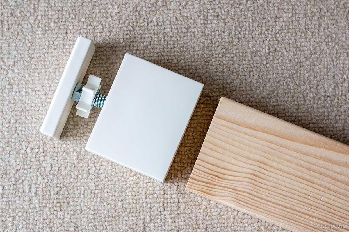 2×4材アジャスター天井側を木材にはめる