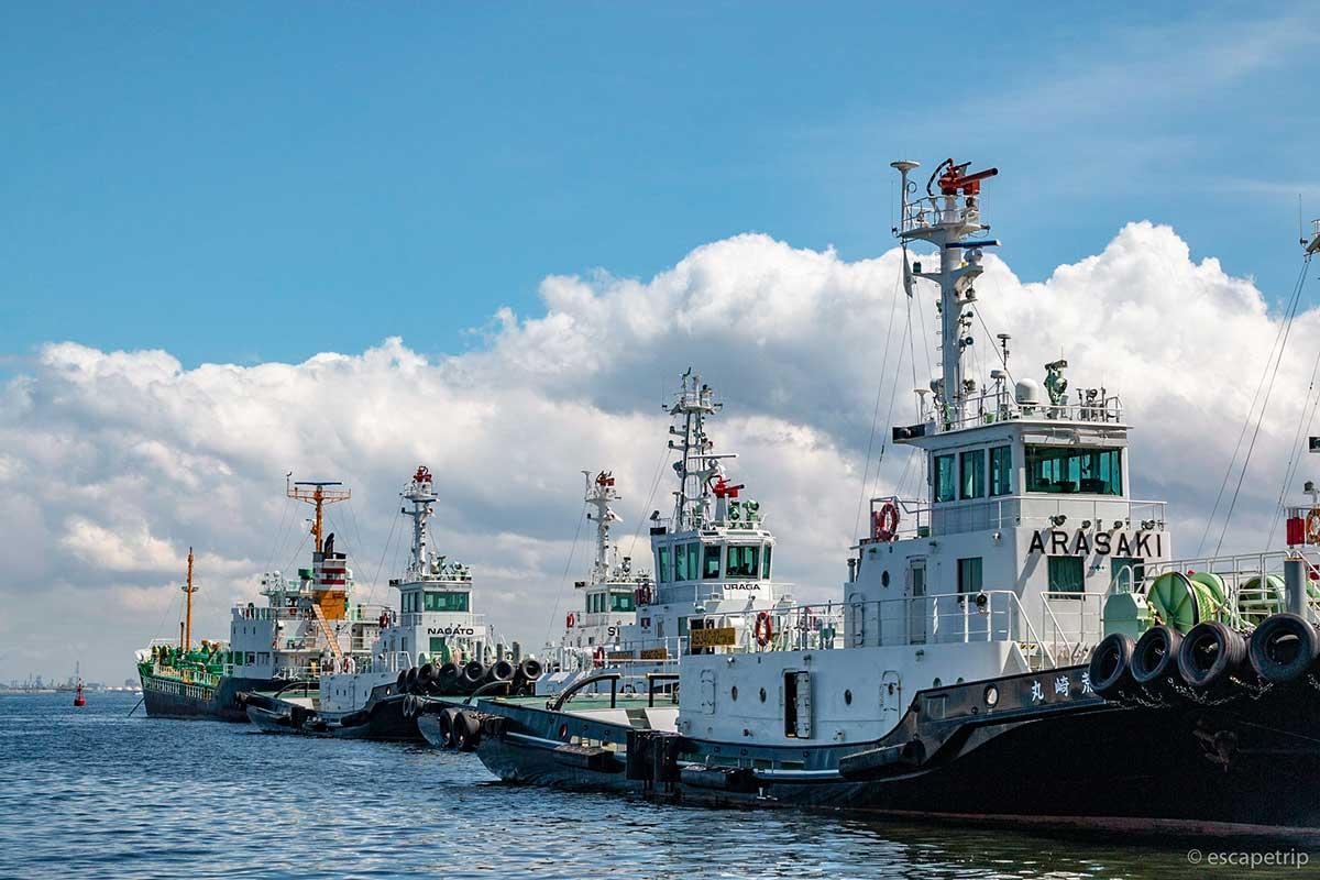 横須賀の海と船と雲