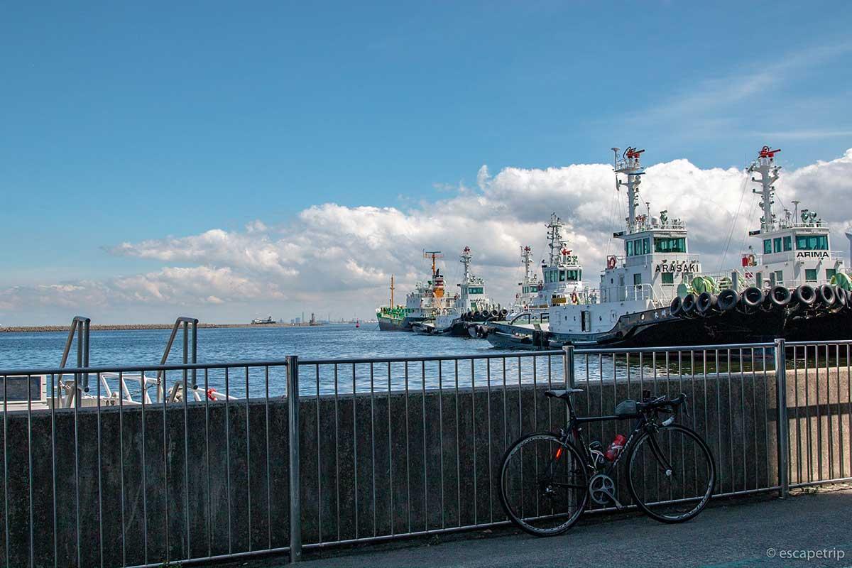 ロードバイクと海と雲