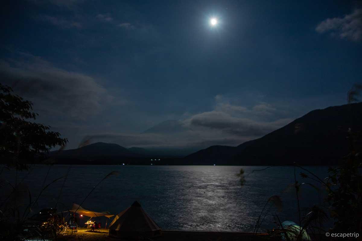 本栖湖と富士山と月