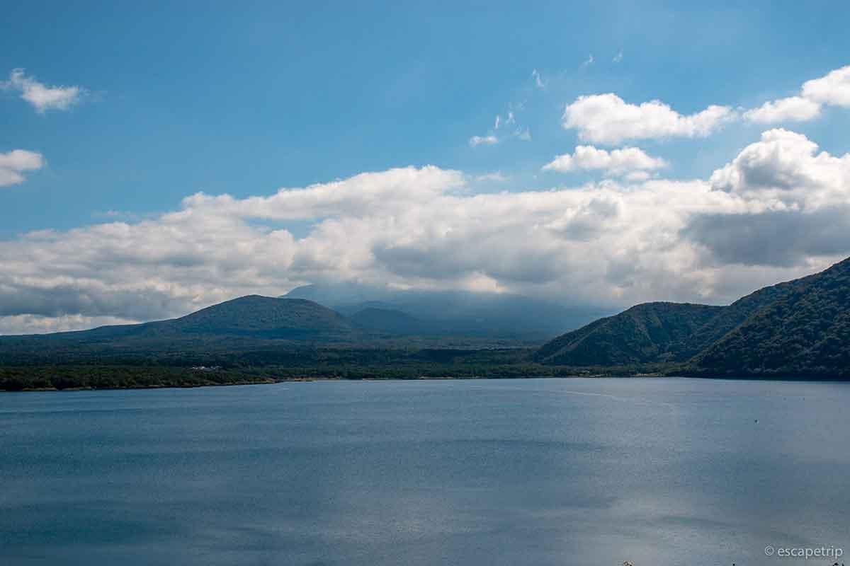 本栖湖と雲に隠れる富士山