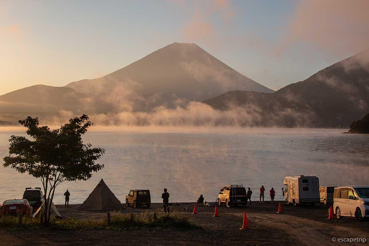 朝の本栖湖と富士山