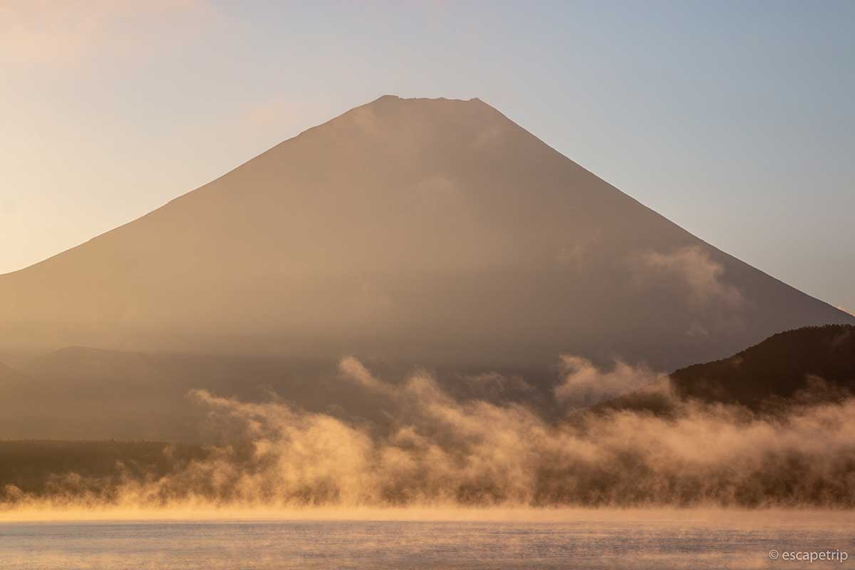 本栖湖の水蒸気と富士山