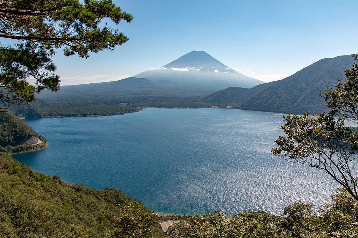 中ノ倉峠から見る富士山と本栖湖