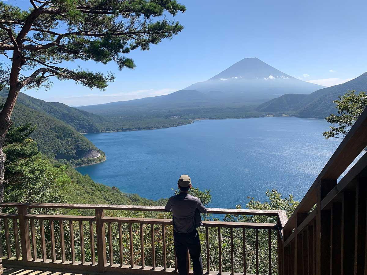 中ノ倉峠の展望台と富士山