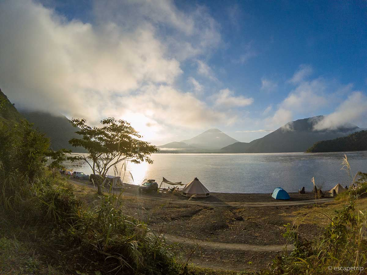 広角で撮影した本栖湖と富士山