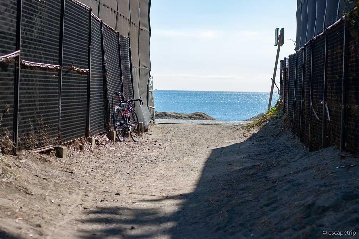 海が見える小道とロードバイク
